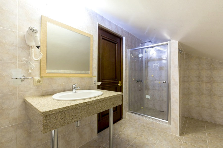 Туалетная комната Мансардного номера в отеле Киараз Арена