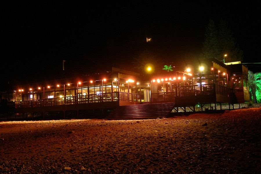 Кафе на пляже курортного комплекса Континент Гагра вечером
