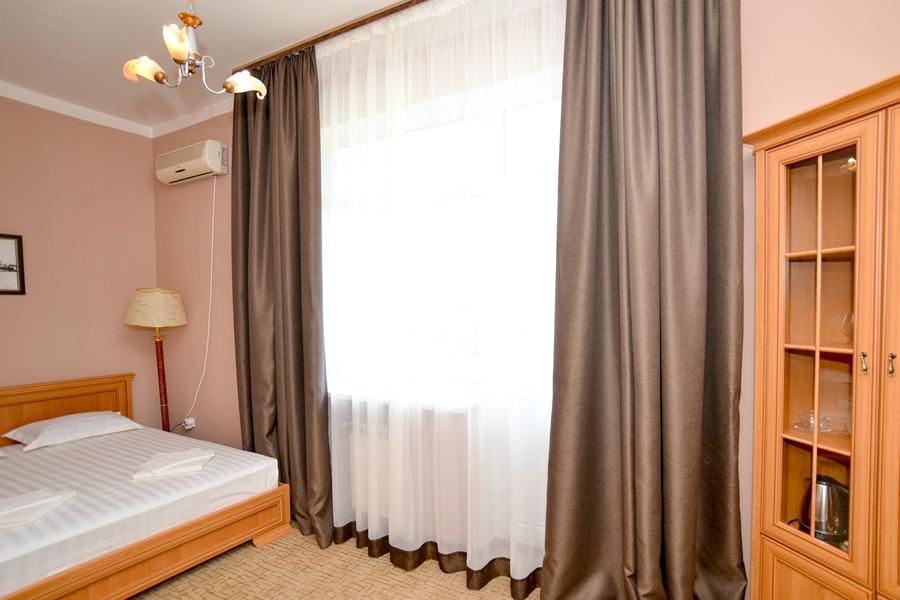 Полулюкс двухместный двухкомнатный отеля Корона