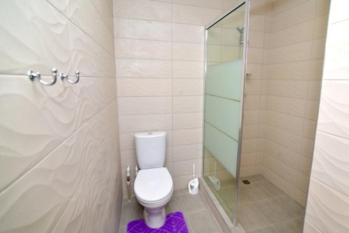 Туалетная комната номера Семейный трехкомнатный отеля Корона