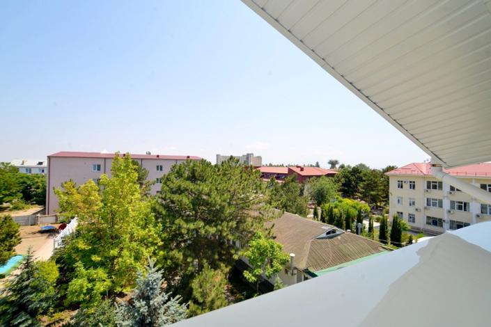 Вид с балкона номера Семейный трехкомнатный отеля Корона
