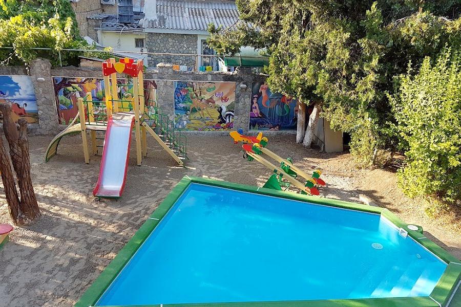 Детский бассейн и игровая площадка отеля Корона