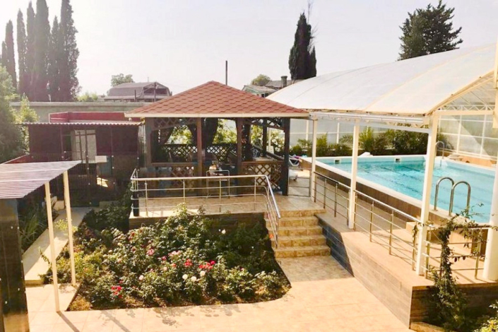 Территория и бассейн гостиницы Кристалл