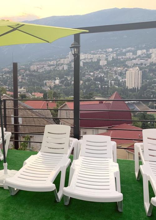 Зона отдыха у бассейна гостиницы Крымская Ницца