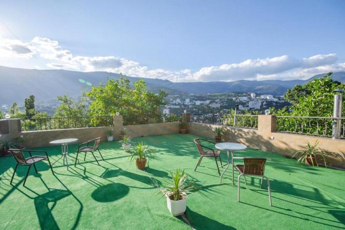 Зона отдыха на крыше кафе гостиницы Крымская Ницца