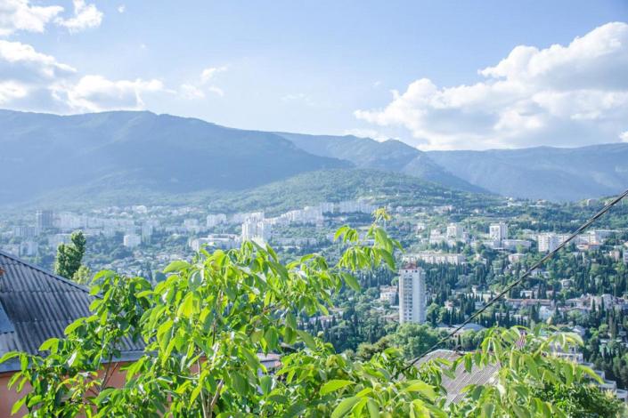 Вид на горы с территории гостиницы Крымская Ницца