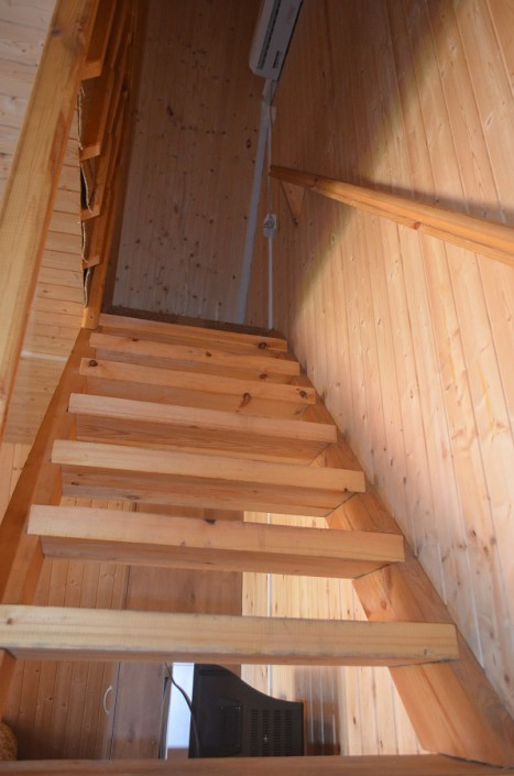 Лестница на второй этаж коттеджа пансионата Кяласур