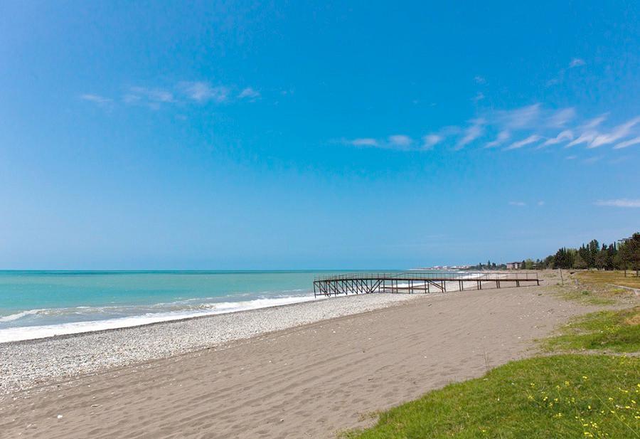 Пляж у пансионата Лагуна
