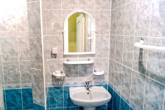 Туалетная комната номера Стандарт в Корпусе Веста пансионата Ласковый берег