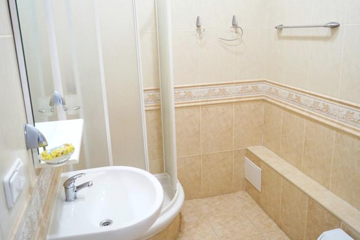 Туалетная комната номера Улучшенный в Корпусе Аврора пансионата Ласковый берег