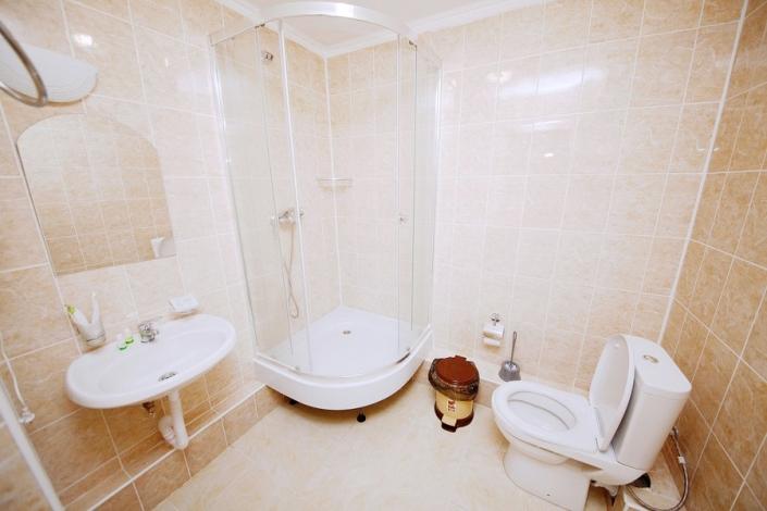 Туалетная комната номера Эконом парк-отеля Лазурный берег