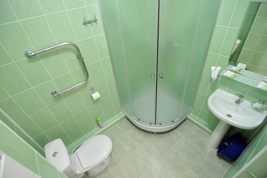 Туалетная комната номера Стандарт Плюс парк-отеля Лазурный берег