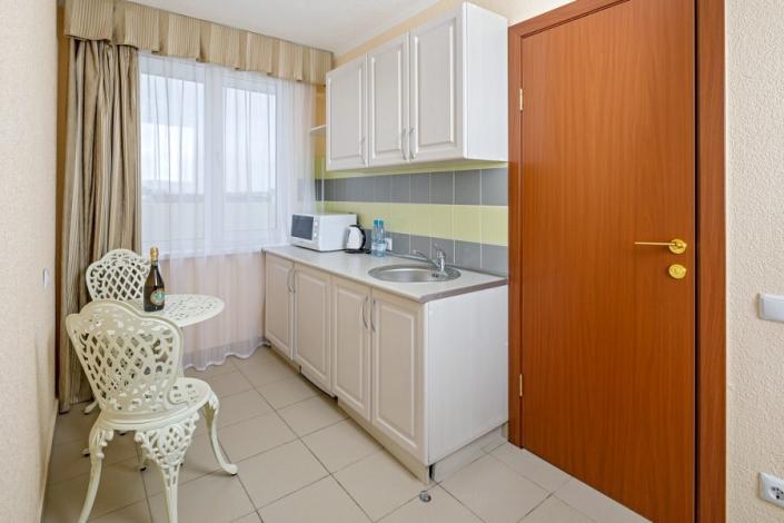 Кухня номера Делюкс Студия парк-отеля Лазурный берег