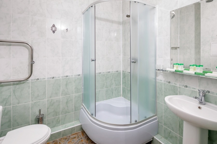 Туалетная комната номера Люкс парк-отеля Лазурный берег