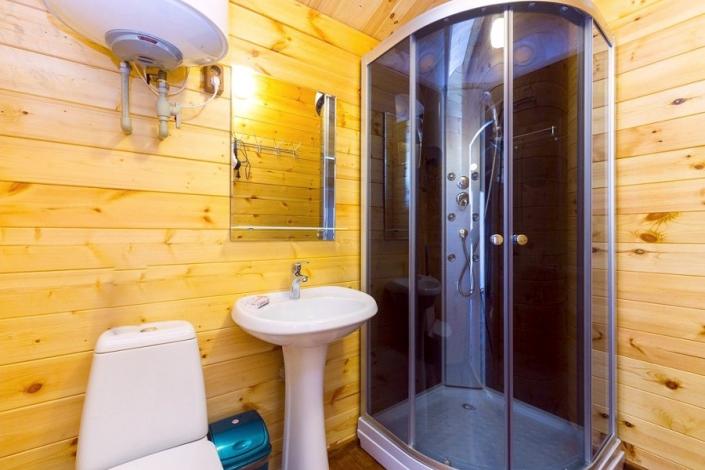 Туалетная комната в коттедже комплекса Лесная сказка