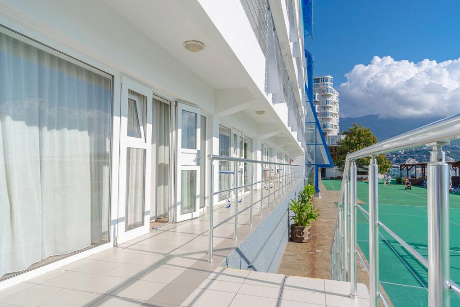Терраса и вход в номера на первом этаже отеля Левант