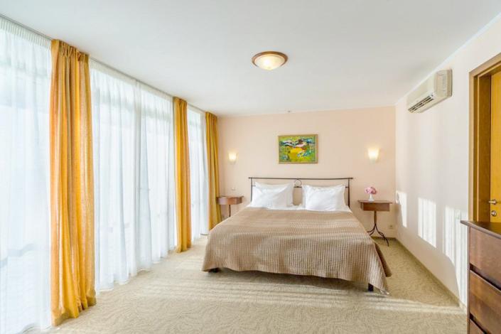 Люкс двухместный двухкомнатный отеля Левант