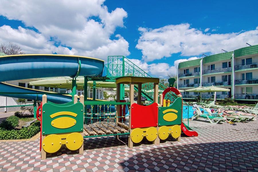 Детская площадка отеля Лиана