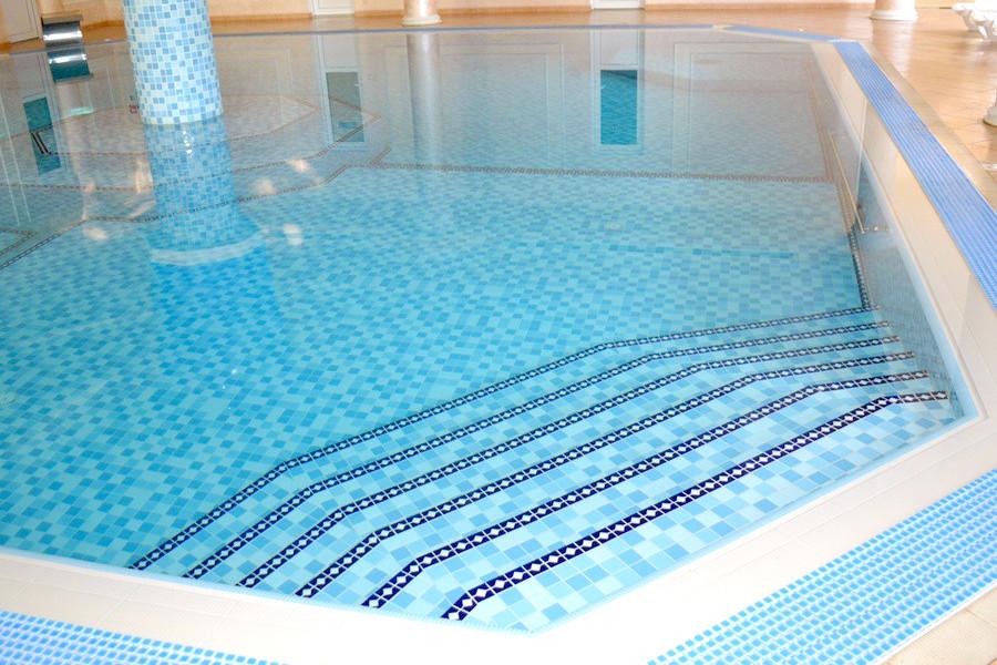Бассейн на первом этаже виллы Чаир отеля Марат