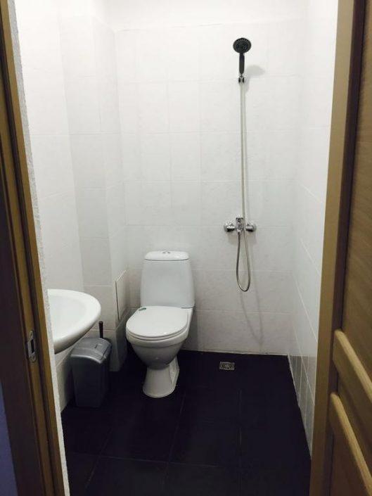 Туалетная комната в номере отеля Марина, Гудаута, Абхазия