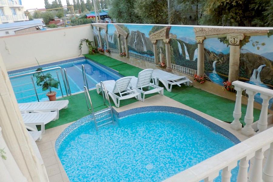 Бассейны для взрослых и детей на территории отеля Мармалад