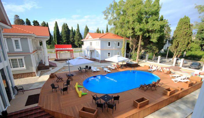Зона отдыха у летнего бассейна Maxx Hotel, Гудаута, Абхазия
