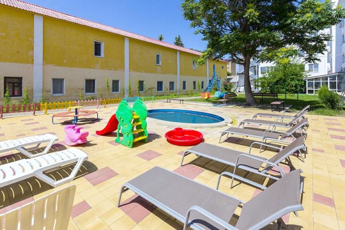 Детский бассейн и зона отдыха на территории курортного комплекса Маяк, Анапа