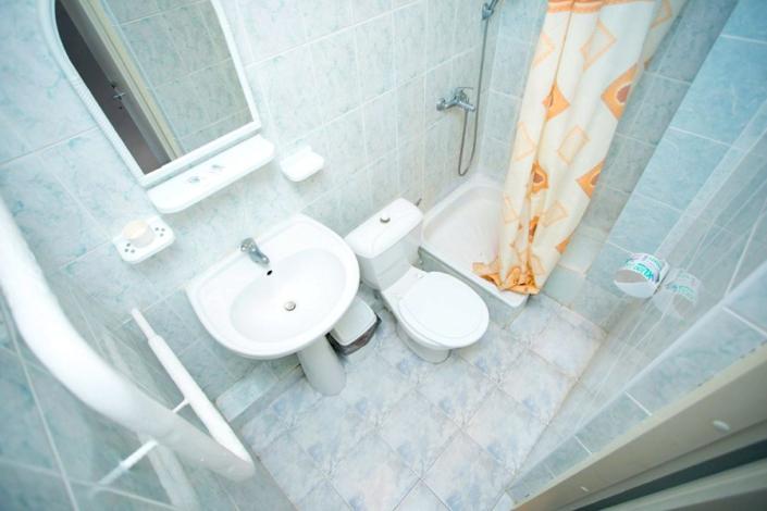 Туалетная комната номера Эконом в Корпусе 1 отеля Мечта, Анапа