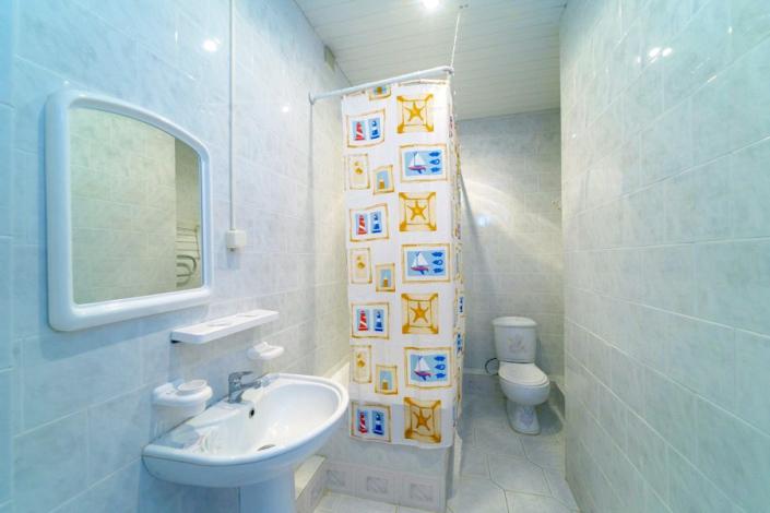 Туалетная комната Семейного трехкомнатного номера в Корпусе 1 отеля Мечта, Анапа