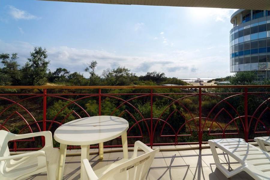 Балкон номера Полулюкс с видом на море в Корпусе 2 отеля Мечта, Анапа