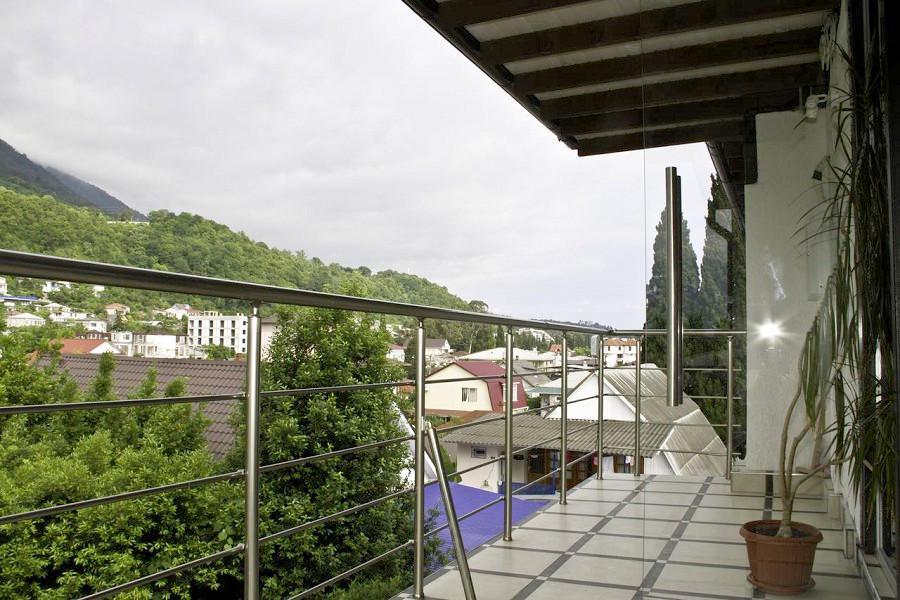 Вид на город с балкона номера Люкс Супериор отеля Медовый