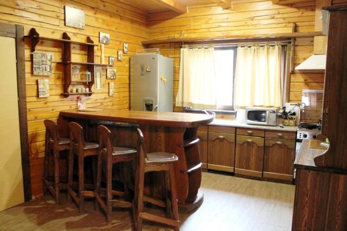 Кухня в коттедже отеля Мелодия гор