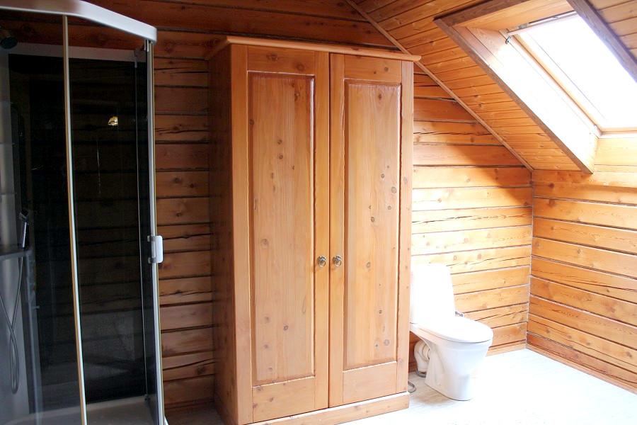 Одна из туалетных комнат в коттедже отеля Мелодия гор