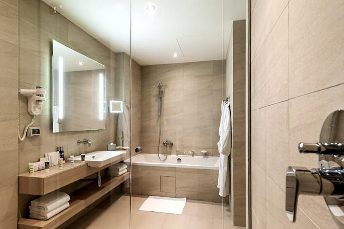 Туалетная комната номера Сюит отеля Mercure Сочи Центр