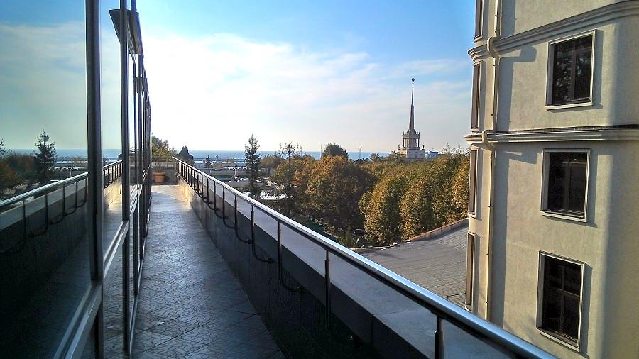 Вид с террасы отеля Мирит на море и Морской вокзал Сочи