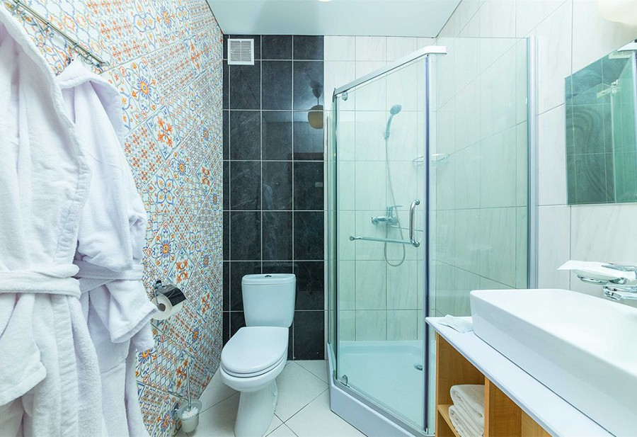 Туалетная комната Стандартного номера отеля MoreLeto, Анапа