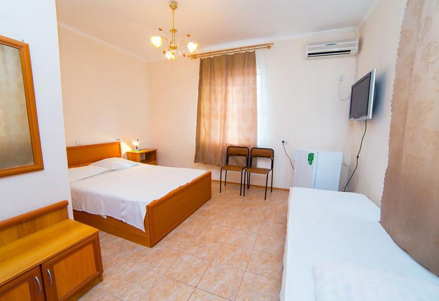 Стандартный трехместный номер гостиницы Морская, Гагра