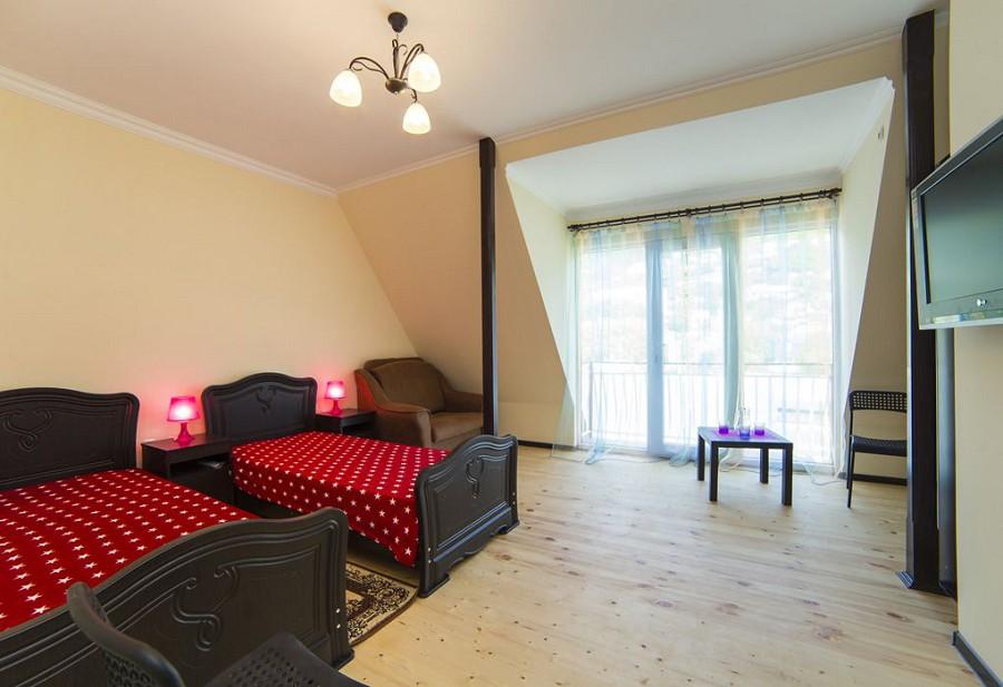 Трехместный номер с балконом гостиницы Морская, Гагра