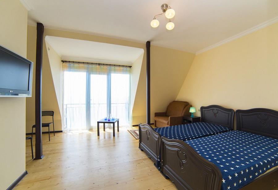 Трехместный номер с балконом и видом на море гостиницы Морская, Гагра