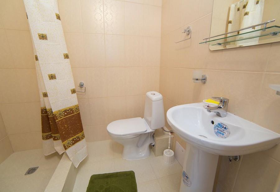 Туалетная комната трехместного номера с балконом гостиницы Морская, Гагра