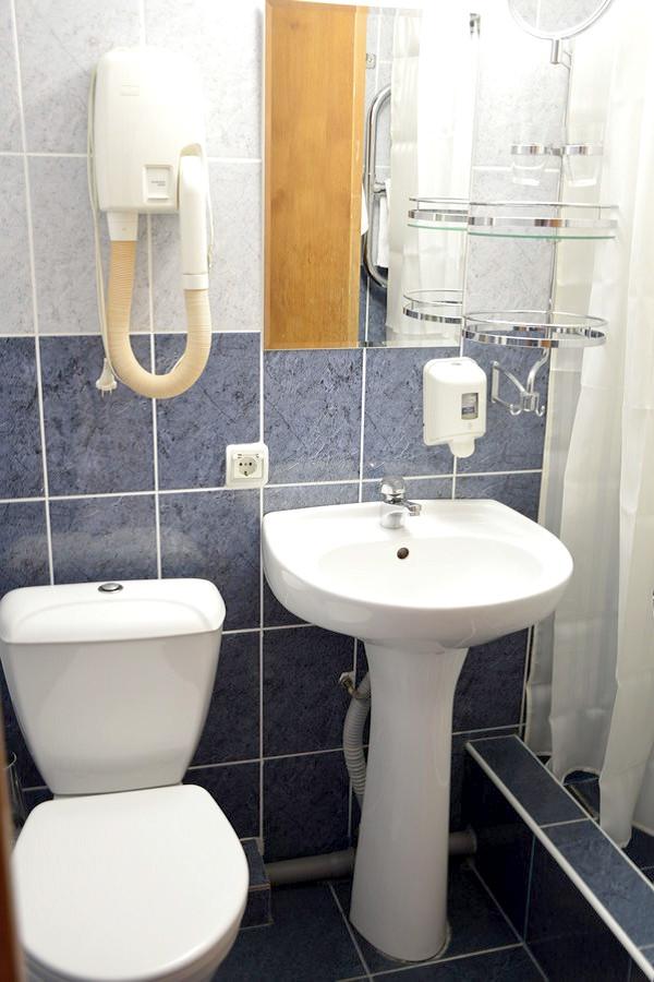 Туалетная комната в номере Люкс комплекса Морская звезда