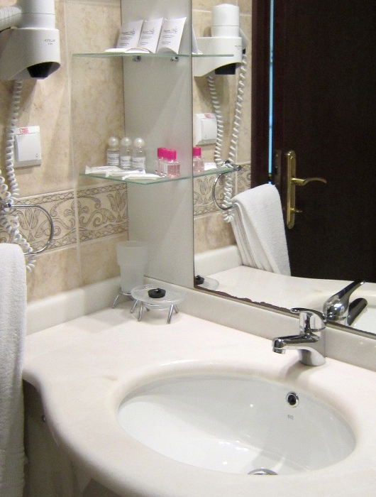 Туалетная комната Семейного двухкомнатного номера в отеле Морской КК Миндальная роща