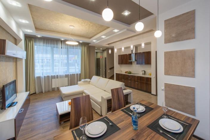 Обеденная зона на первом этаже коттеджа отеля Mountain Villas