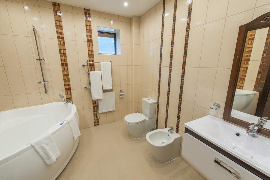 Туалетная комната с ванной на втором этаже коттеджа отеля Mountain Villas