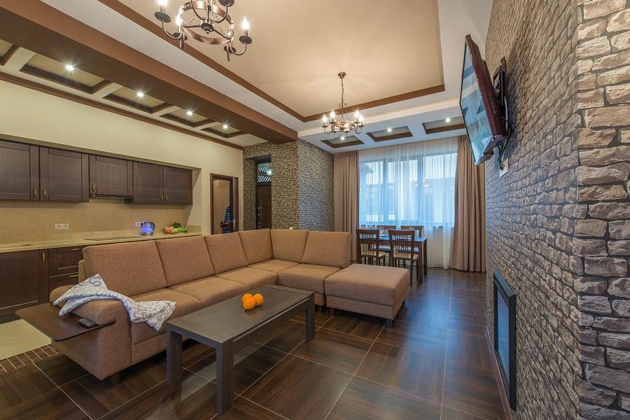 Гостиная на первом этаже коттеджа отеля Mountain Villas