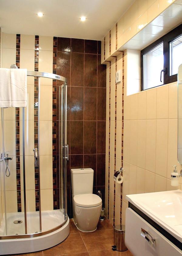 Туалетная комната с душевой кабиной на втором этаже коттеджа отеля Mountain Villas