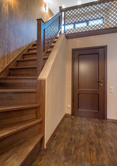 Лестница на мансарду с гостевым спальным местом в коттедже отеля Mountain Villas