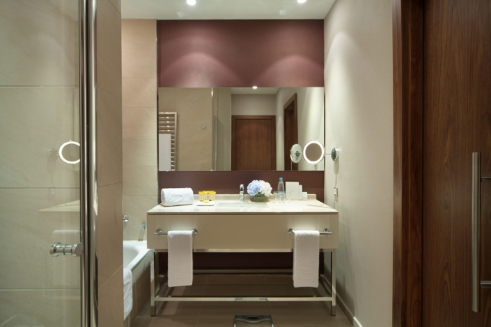Туалетная комната номера Супериор отеля Movenpick Krasnaya Polyana