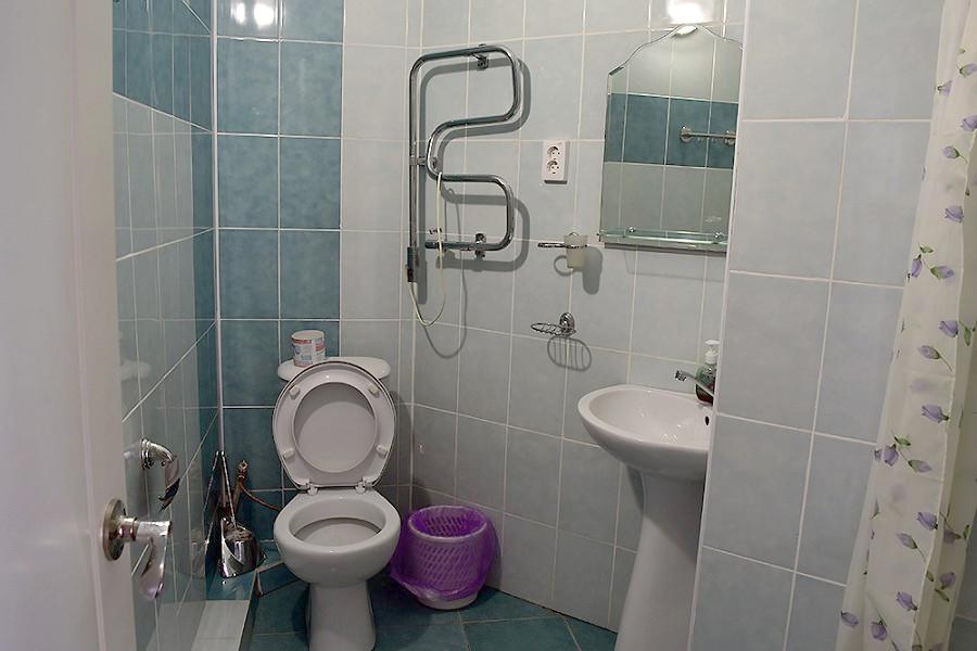 Туалетная комната номера в корпусе Бриз санатория МВО Сухум