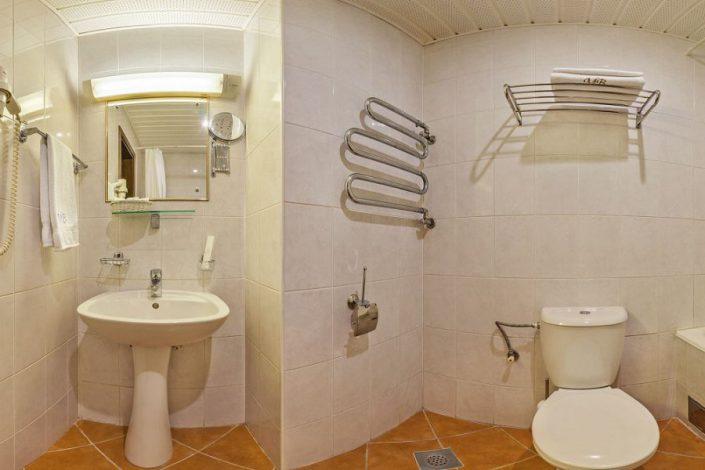 Туалетная комната Стандартного одноместного номера в корпусе Салют санатория Мыс Видный